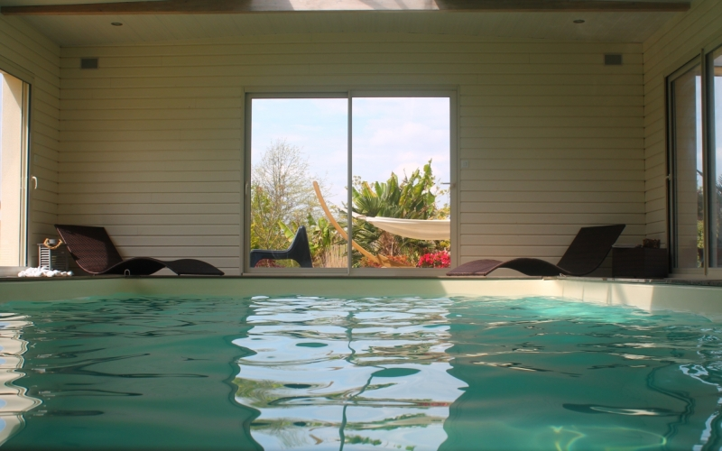 La piscine int rieure chauff e du g te o naturel pr s de for Gite piscine interieure